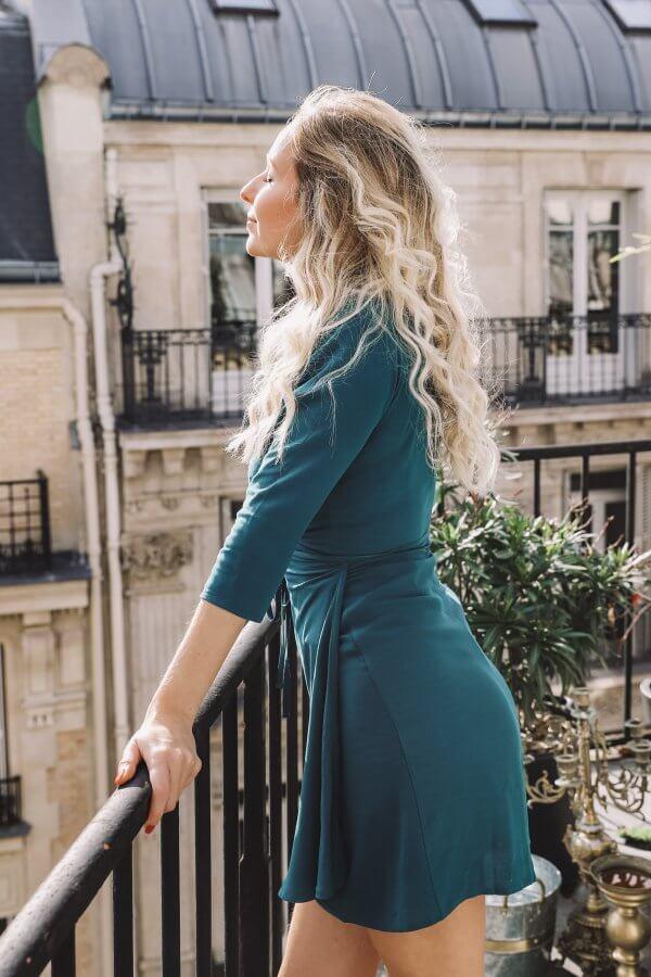 collection Odette et lulu, robes à péché, robe d'automne, la petite robe noire parfaite, robe portefeuille, robe dos nu, créateurs, eshop, concept store, hiver 2020, 2021, la parfaite petite robe noire, la robe sexy, bordeaux, vert, bleu canard, différentes femmes, slow fashion